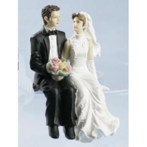 Brautpaar sitzend mit Brautstrauß